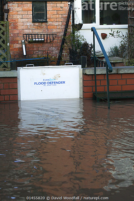Flood defence gate during February 2014 flooding, Upton upon Severn, Worcestershire, England, UK, 10th February 2014., EUROPE,WESTERN EUROPE,WEST EUROPE,UK,BRITAIN,GREAT BRITAIN,UNITED KINGDOM,ENGLAND,WORCESTERSHIRE,BUILDINGS,HOUSES,FLOODED,FLOODING,FLOODS,FLOODWATER,FLOODWATERS,WEATHER,ENVIRONMENT,ENVIRONMENTAL ISSUES,ENVIRONMENTAL ISSUE,GLOBAL WARMING,GREENHOUSE EFFECT,CLIMATE CHANGE, David  Woodfall