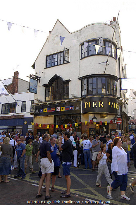Pier View on Cowes High Street during Skandia Cowes Week, UK, 2006., VERTICAL,BAR,BUILDINGS,ENGLAND,EUROPE,EVENTS,ISLE OF WIGHT,PEOPLE,PUB,PUBS,TOWNS,UK, United Kingdom, United Kingdom, Rick Tomlinson